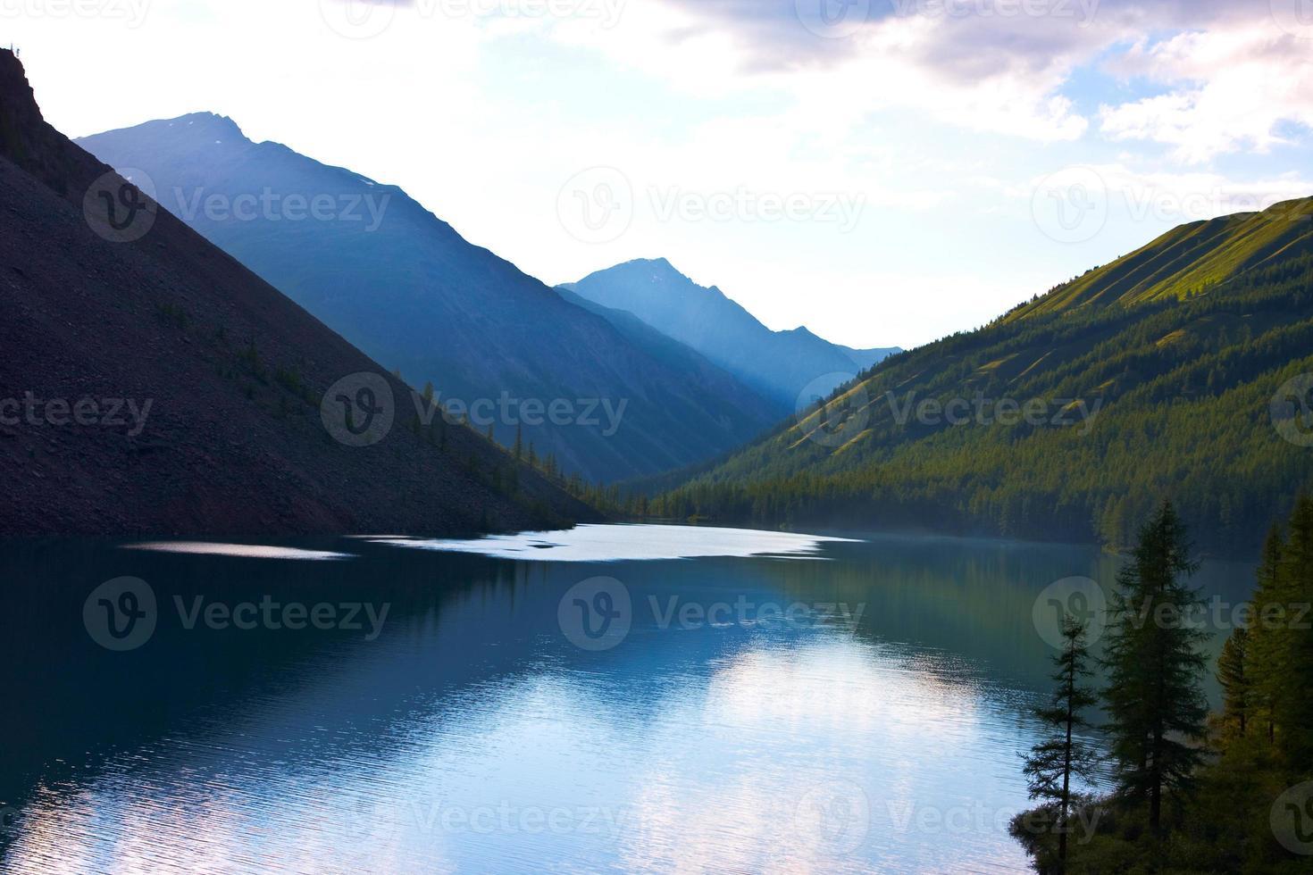 lago de montanhas foto