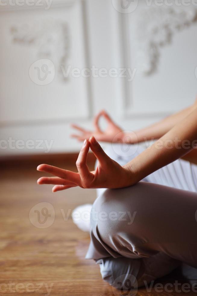 close-up dos braços femininos durante a meditação foto