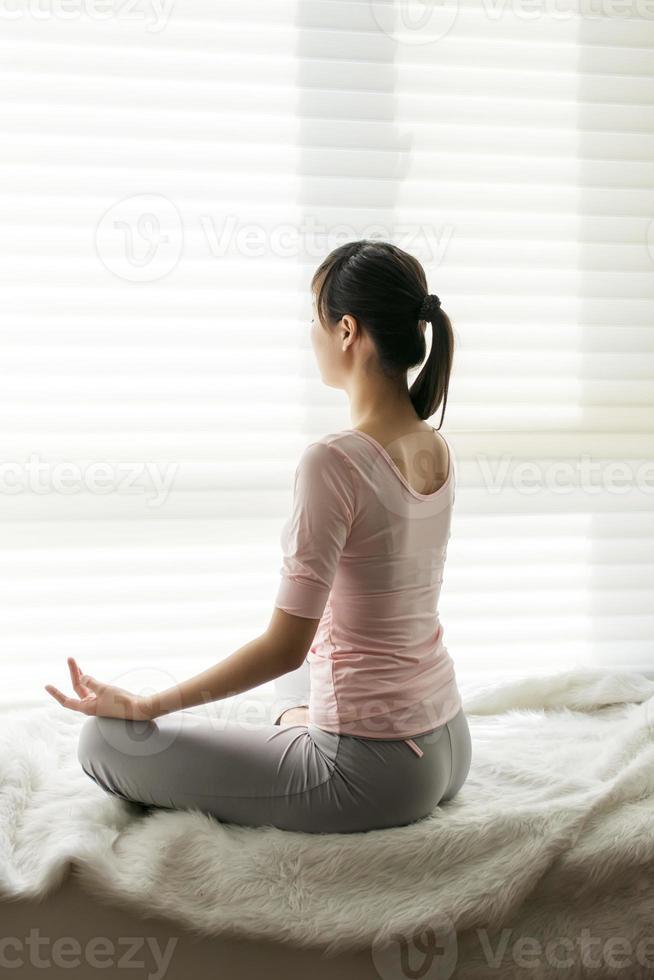 sente-se em meditação foto