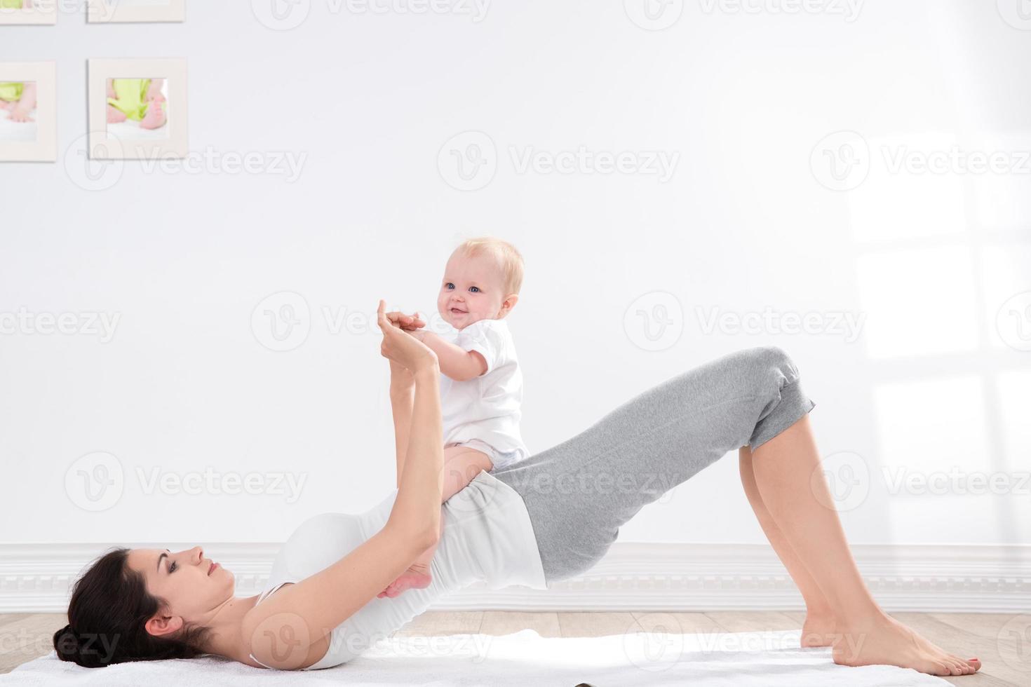 ginástica mãe e bebê foto