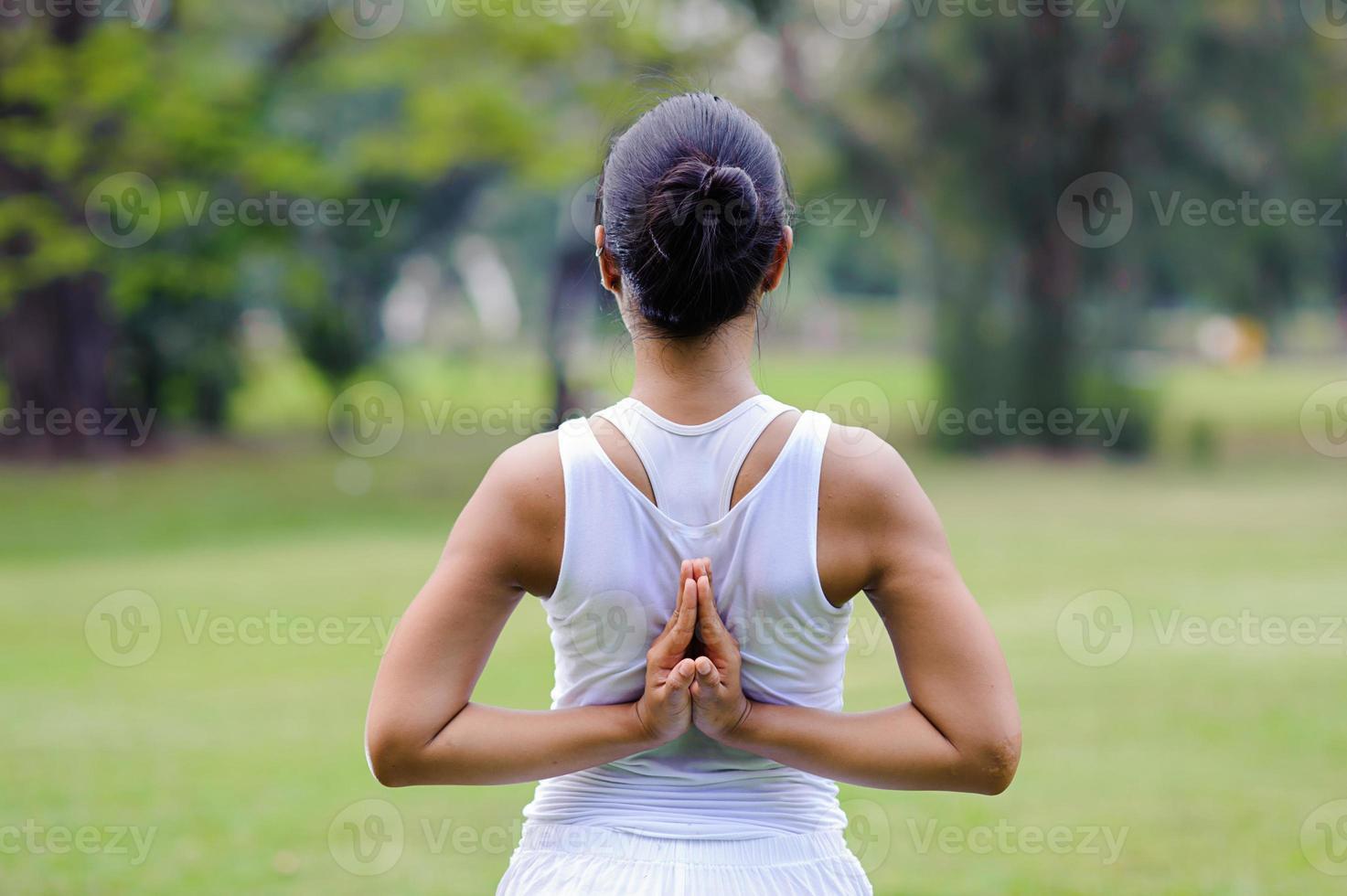 linda mulher praticando ioga no parque foto