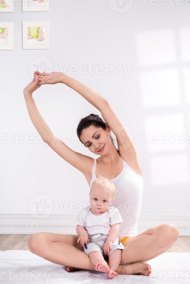 mãe e bebê fazendo exercício foto