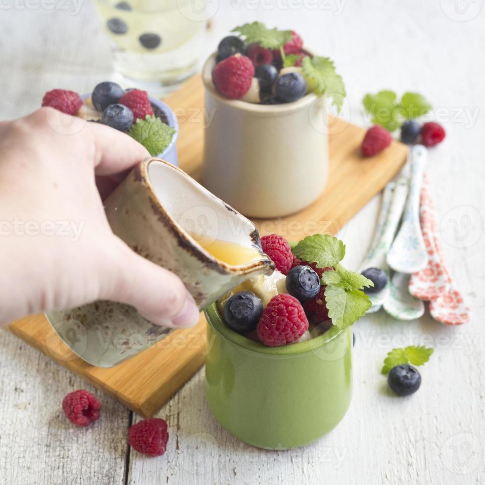 salada de frutas com frutas frescas em pratos à la carte foto