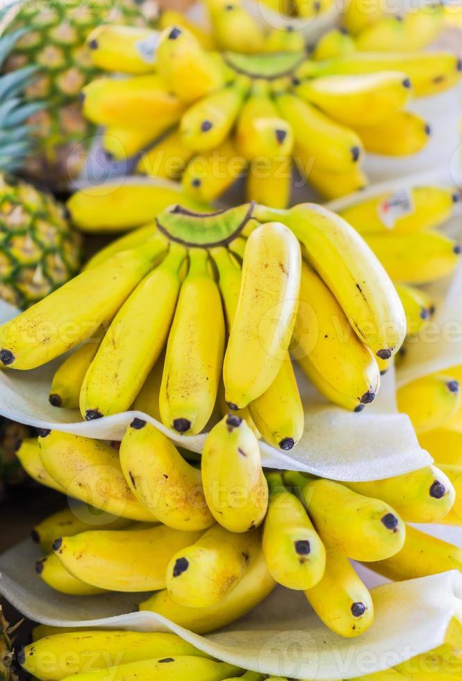bananas tropicais à venda foto