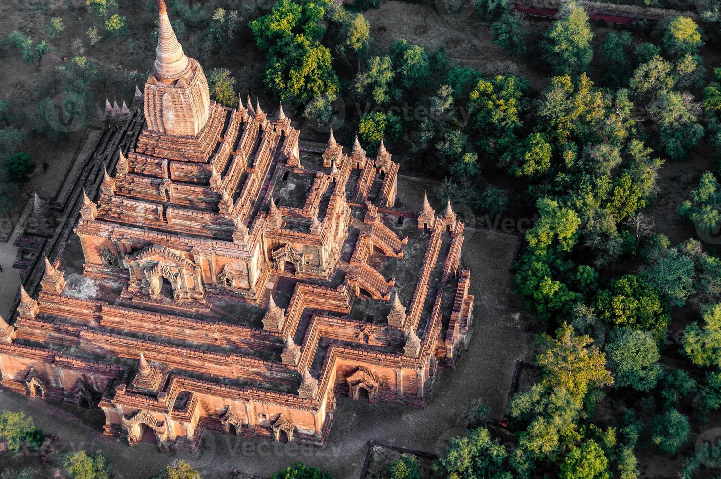 templo em bagan myanmar foto