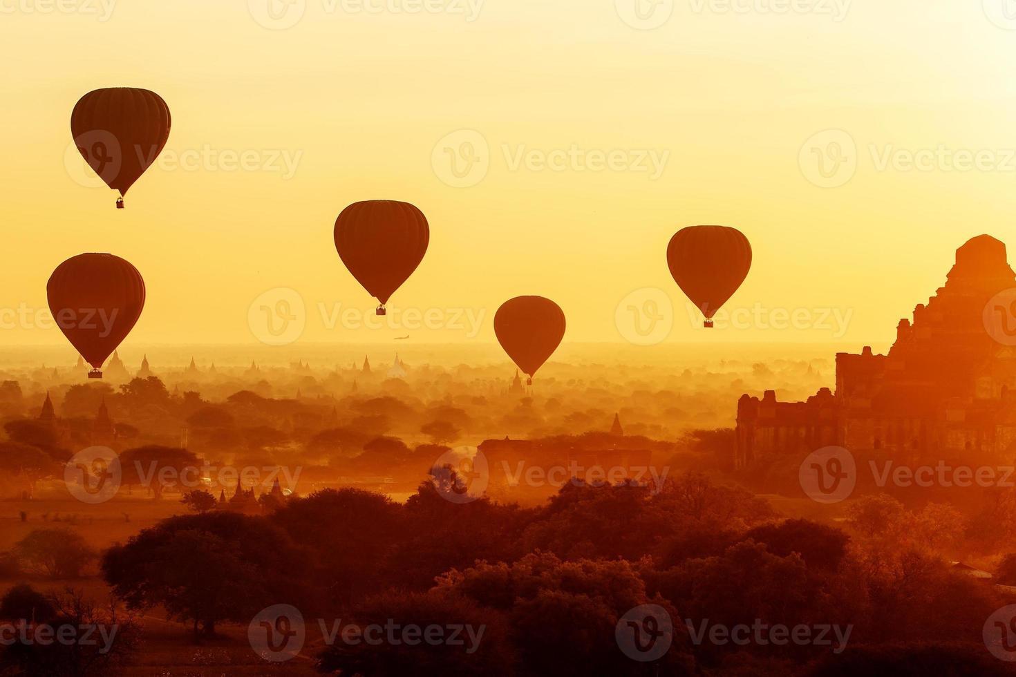 balões de ar sobre templos budistas ao nascer do sol. Bagan, Mianmar. foto