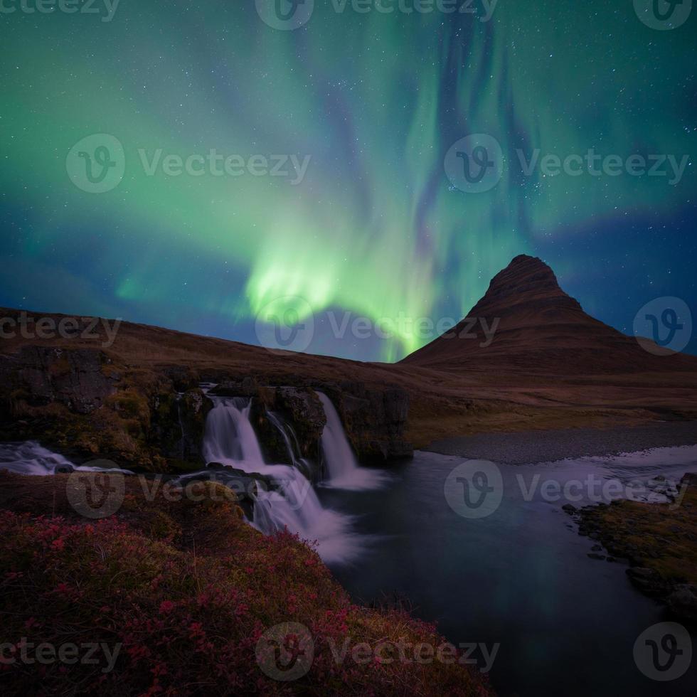 a paisagem kirkjufell da islândia foto