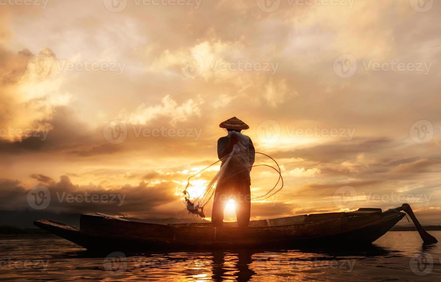 pescador do lago bangpra em ação ao pescar, Tailândia foto