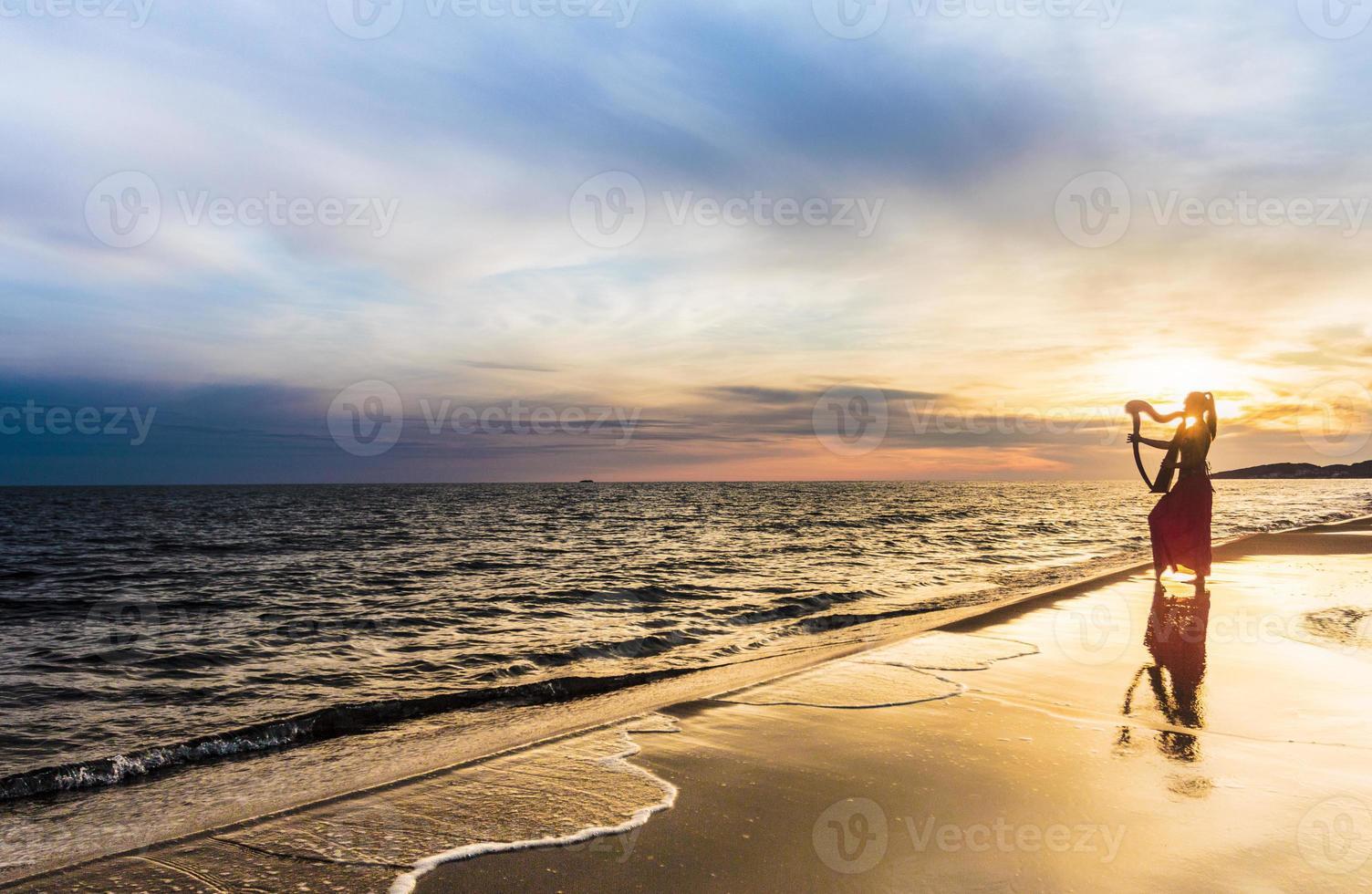 jogador de harpa celta na paisagem foto