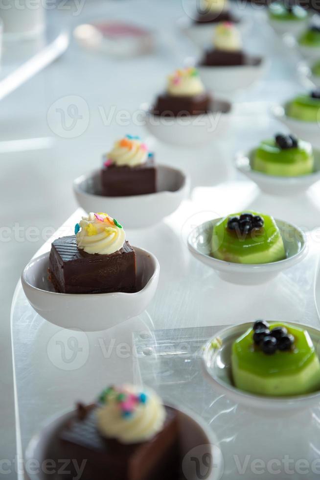 variedade de mini sobremesa em uma fileira foto