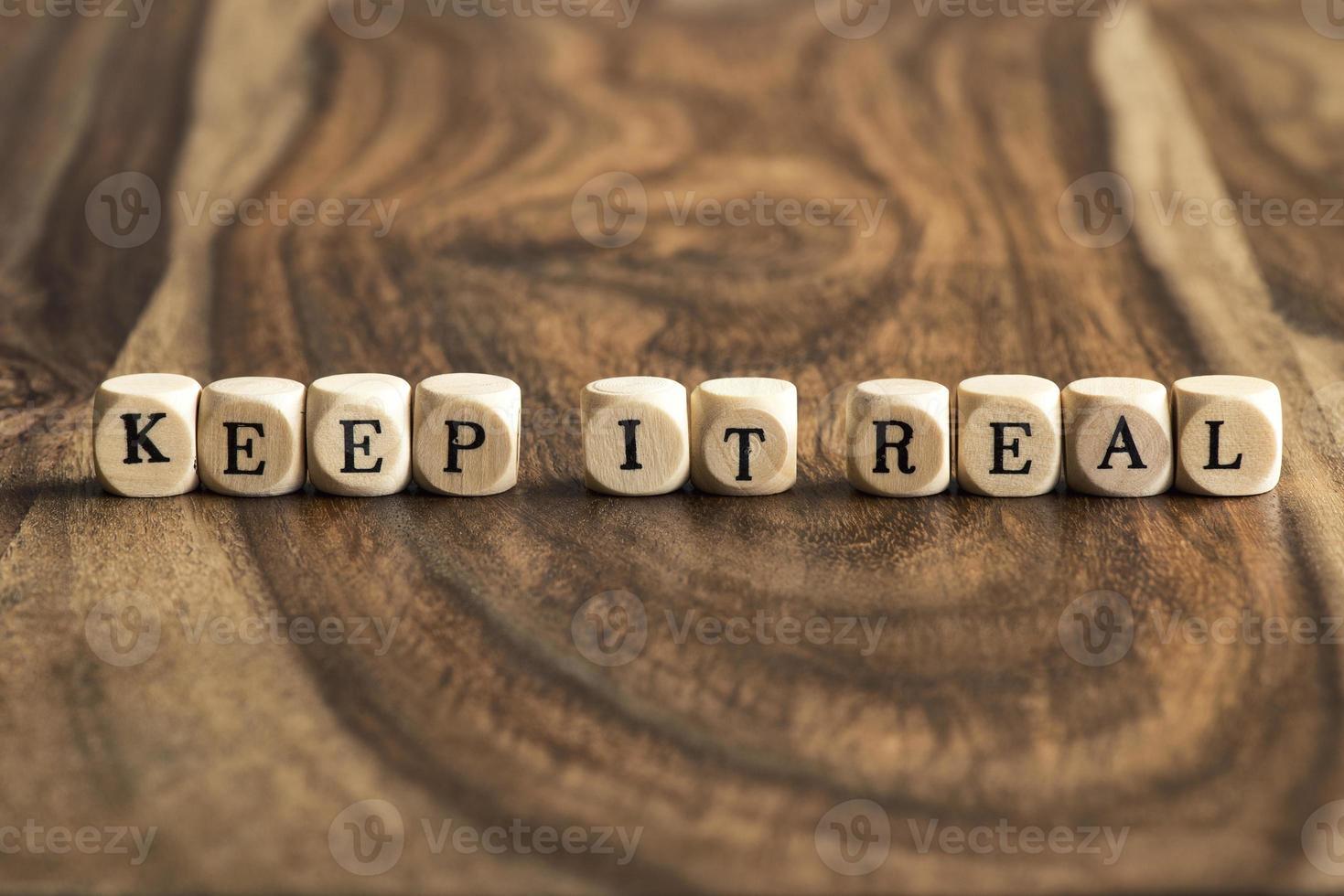 palavra mantê-lo real em cubos de madeira foto