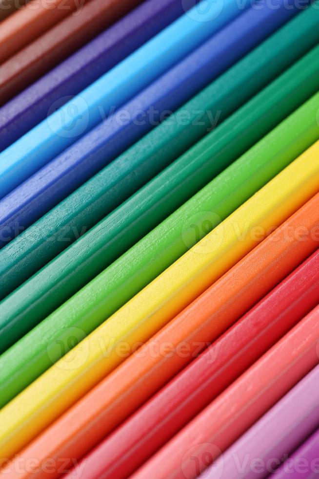 lápis de cor em uma linha, formando um plano de fundo foto
