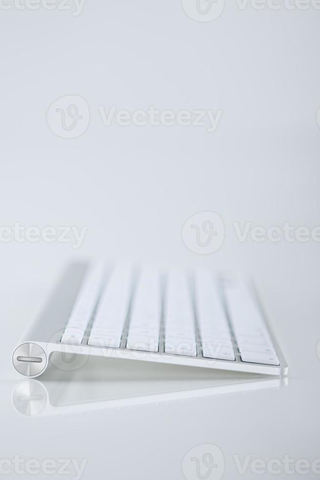 vista de perfil de um teclado de computador pequeno. sdof foto
