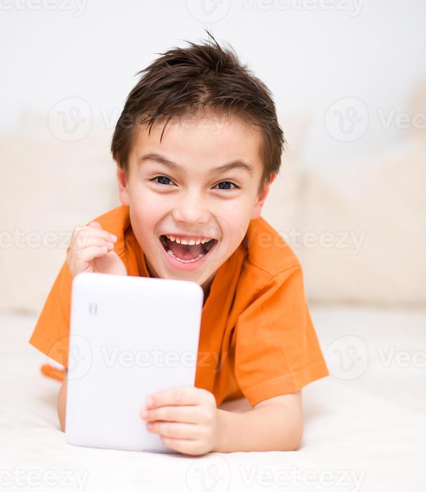 garoto usando tablet foto