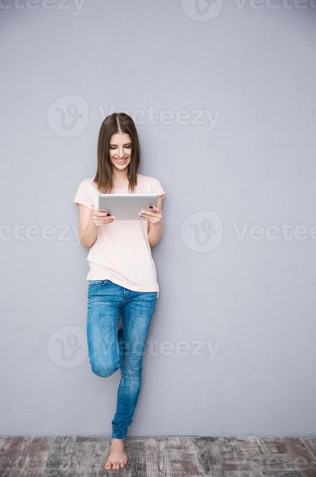 mulher sorridente usando computador tablet foto
