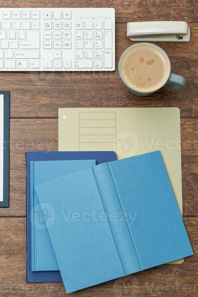 cadernos na mesa do escritório foto