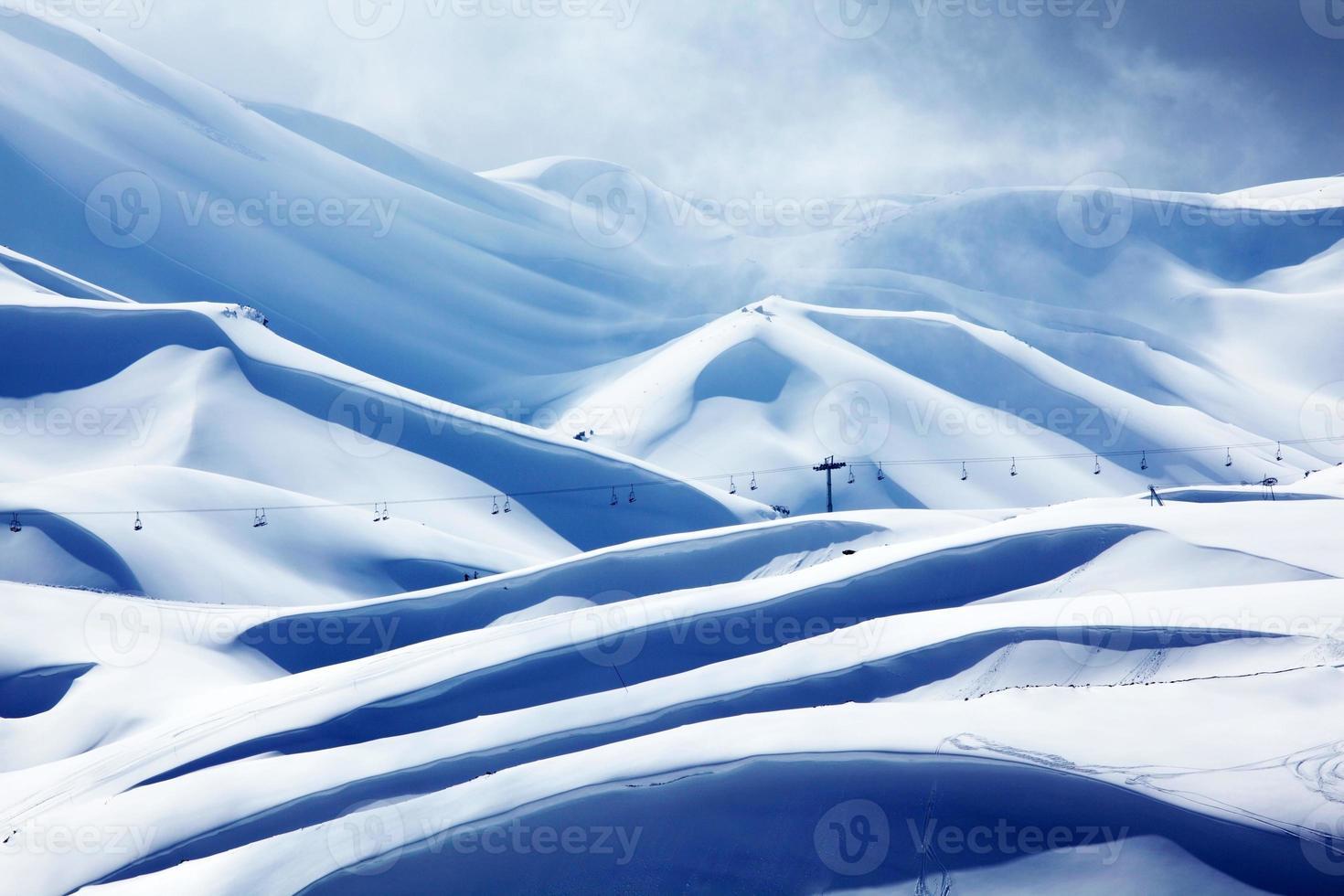 estância de esqui na montanha do inverno foto