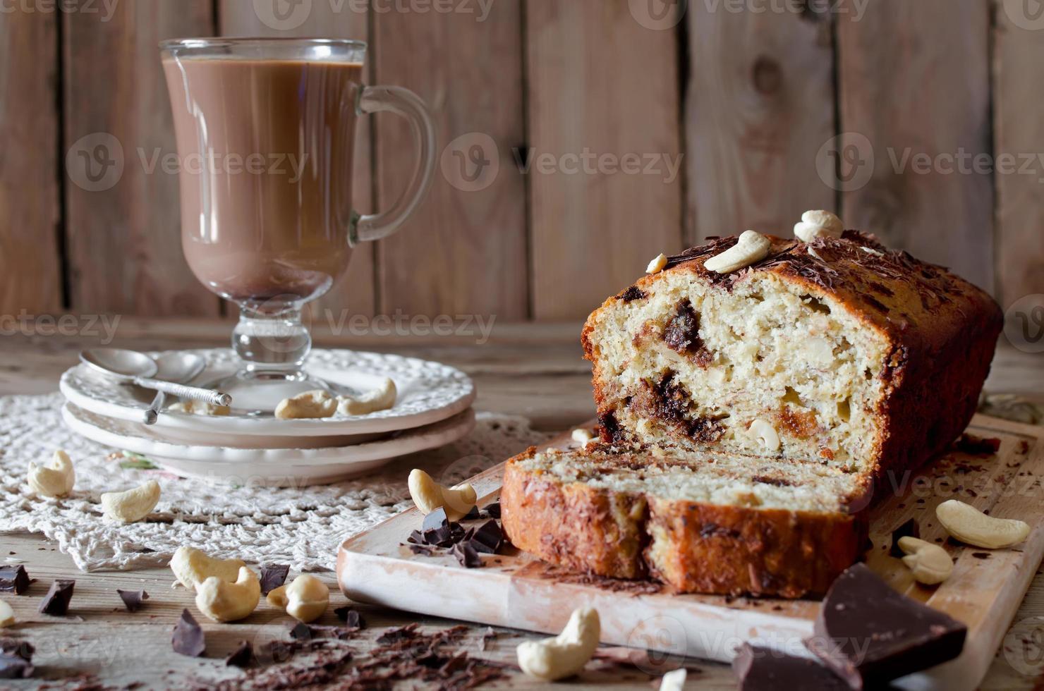 cupcake de banana com chocolate e castanha de caju foto