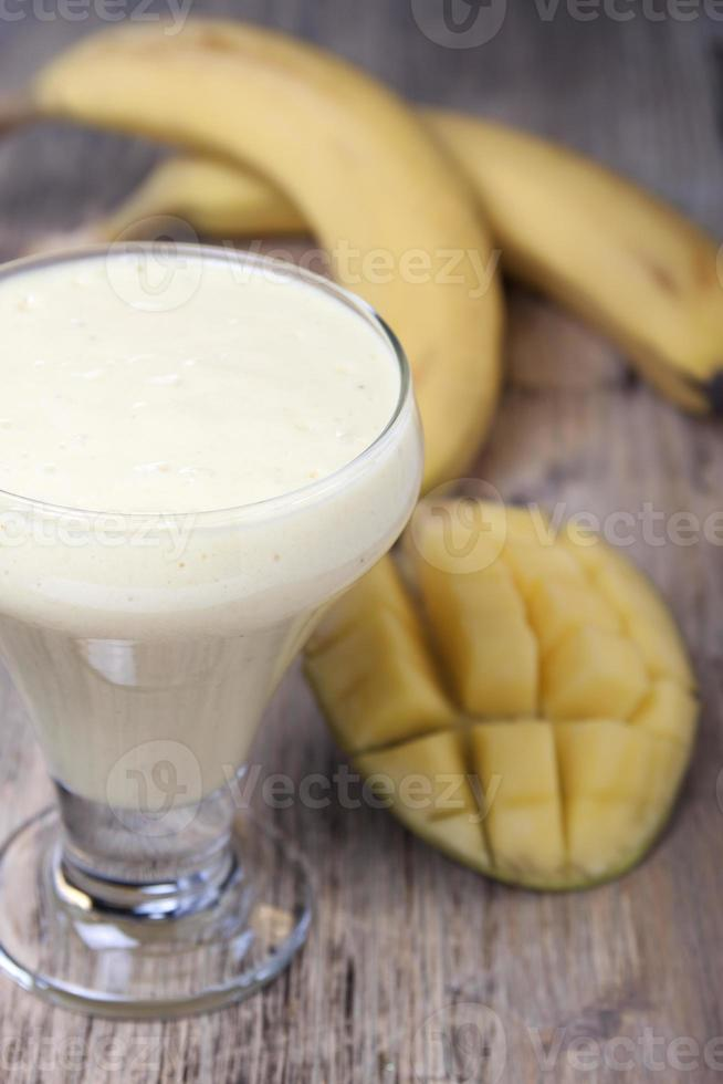 batidos de manga e banana com iogurte foto