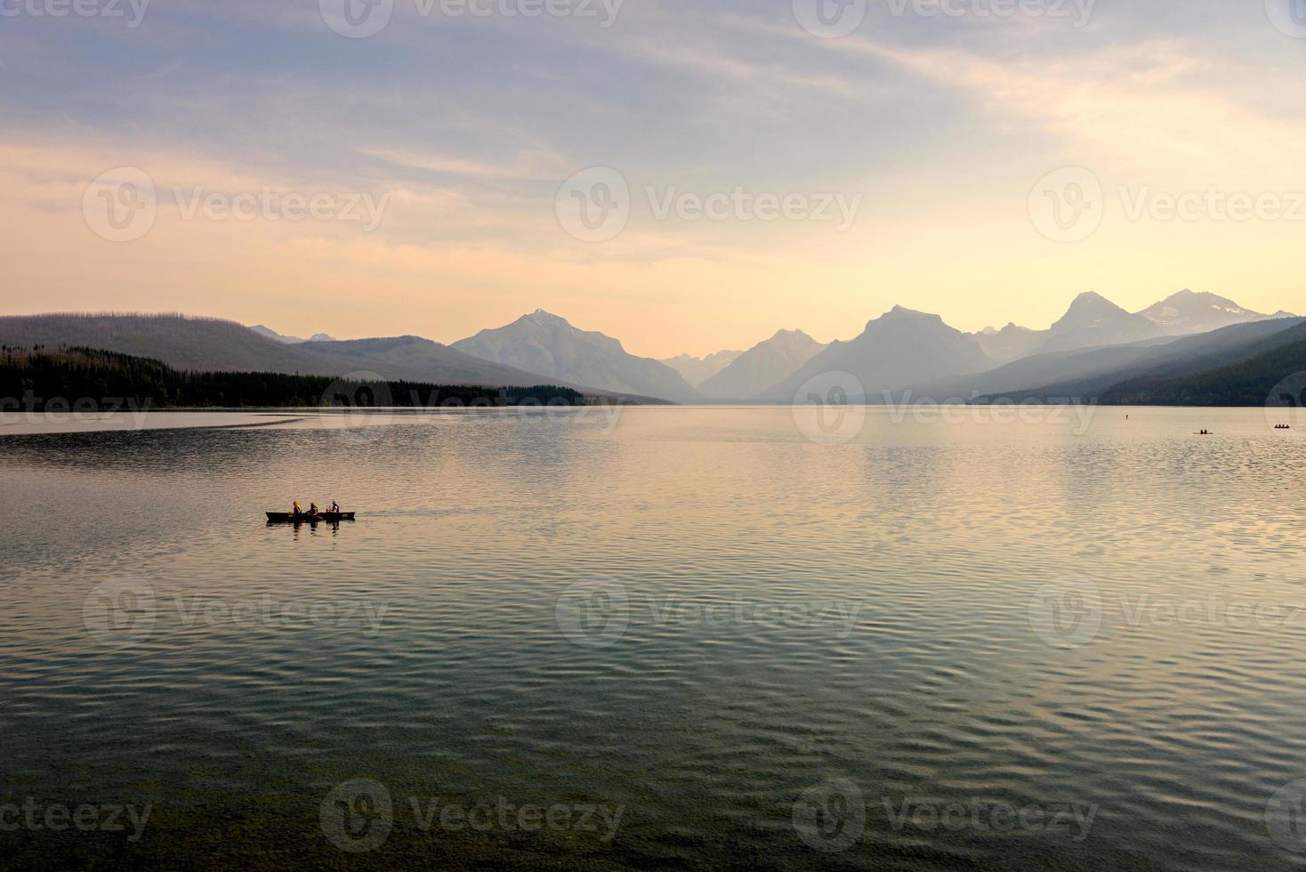 lago mcdonald ao pôr do sol foto