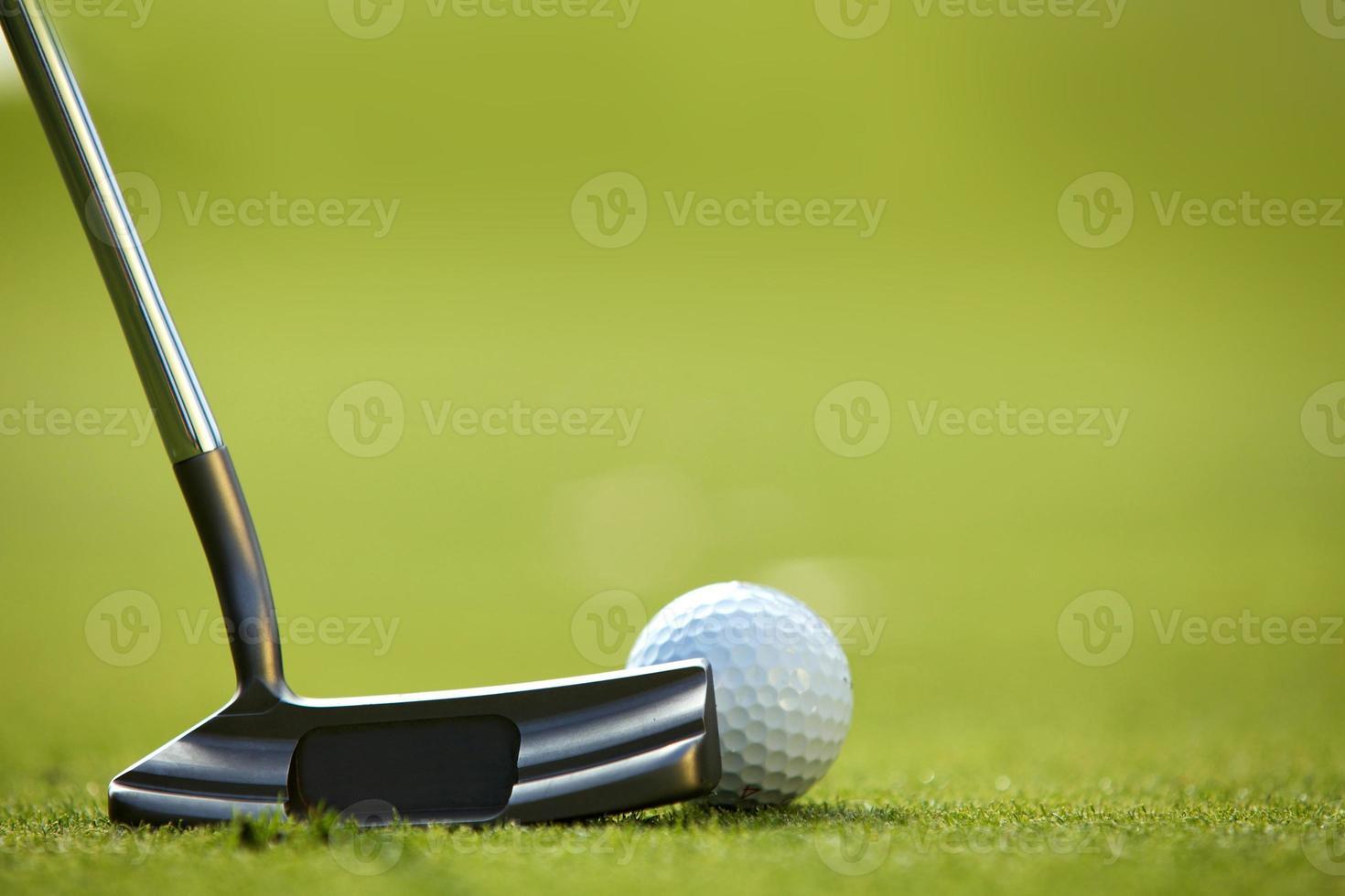 bola de golfe na grama foto