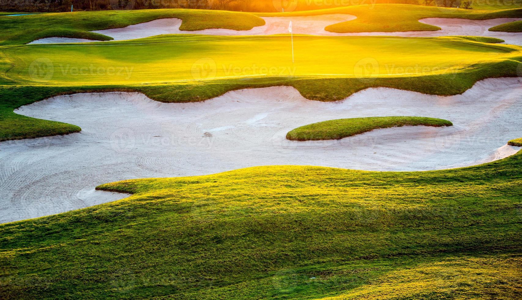 pôr do sol de golfe verde foto