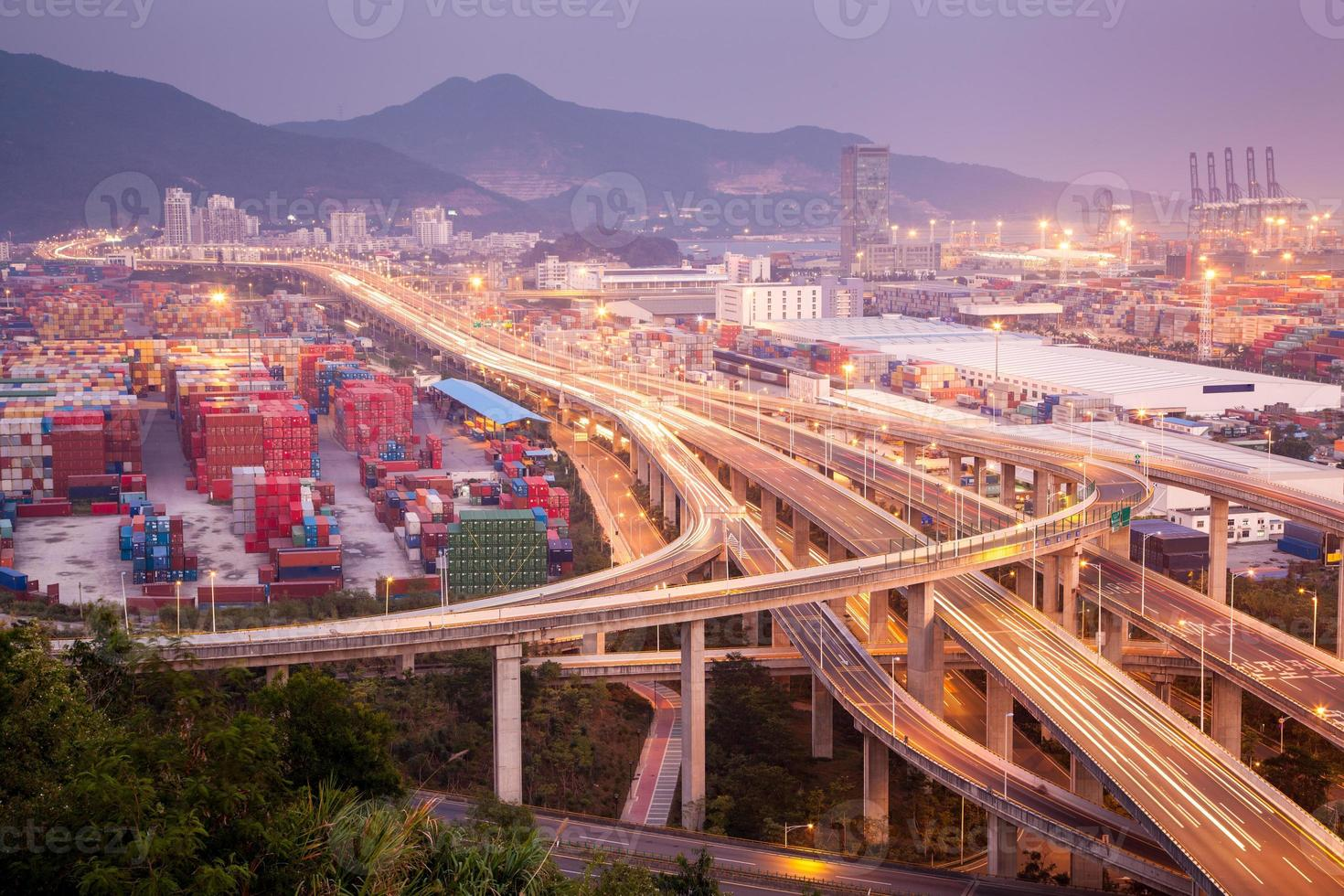 china shenzhen, viaduto do porto yantian foto