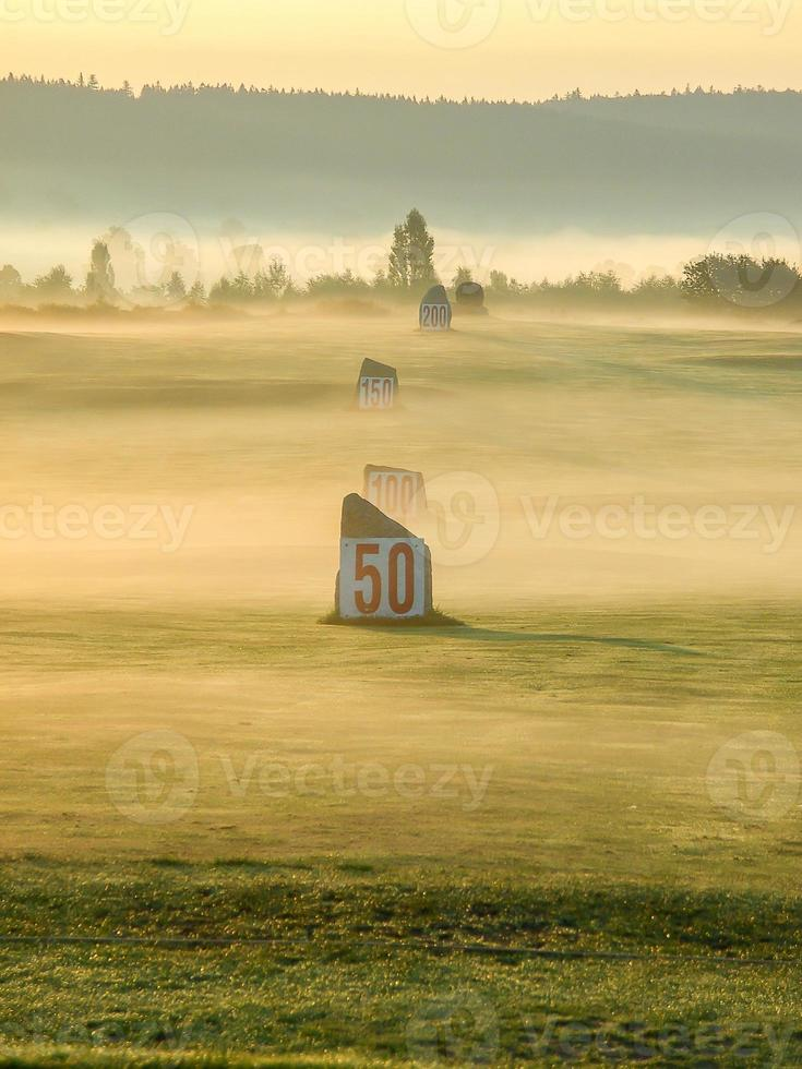 nevoeiro sobre o campo de golfe foto