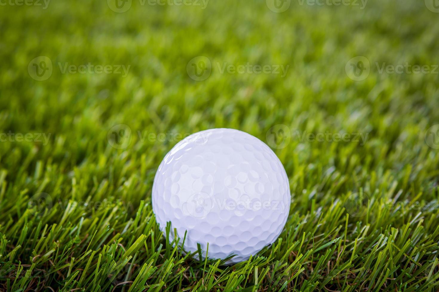 bola de golfe na grama verde foto