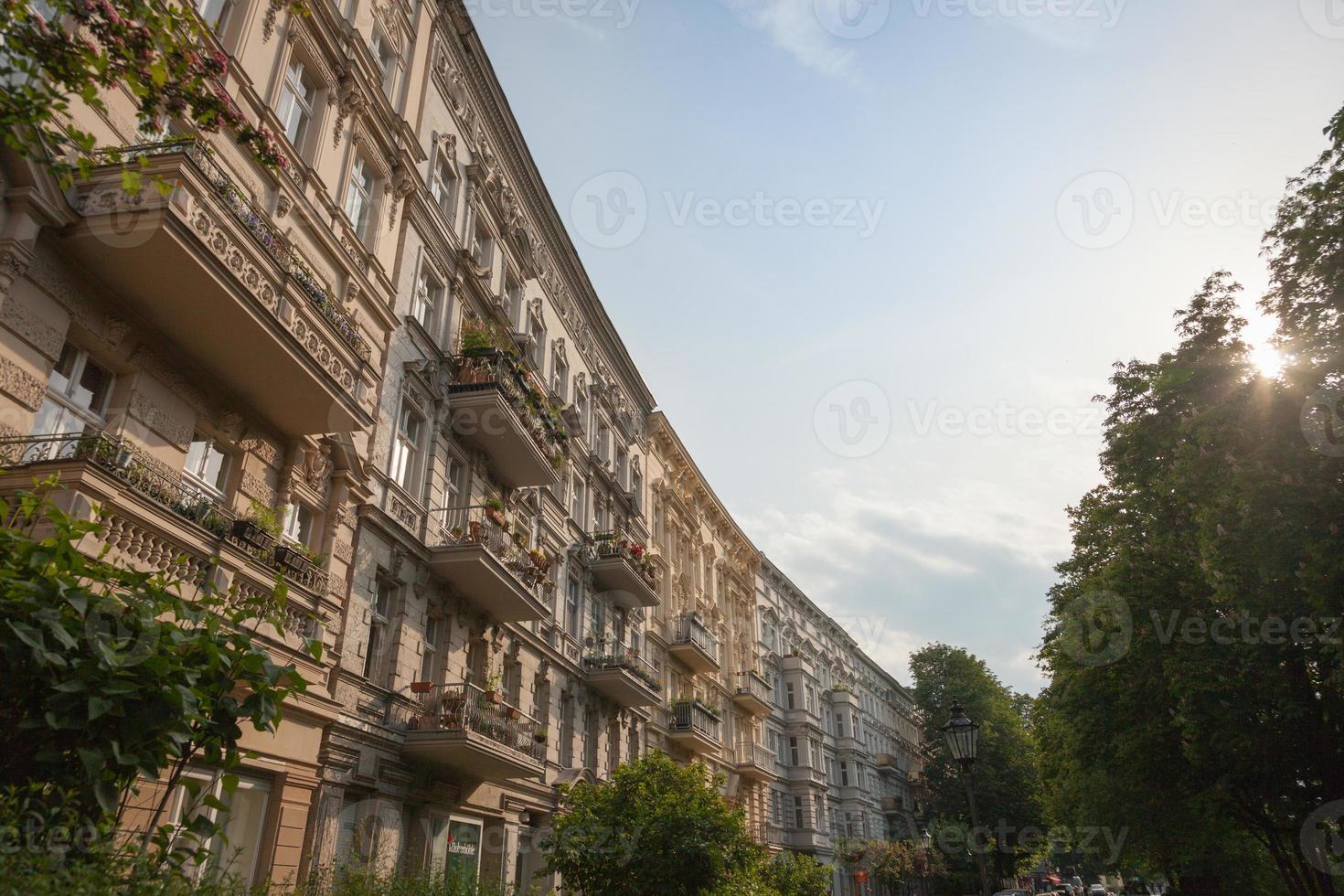 fachadas de estuque restauradas em uma cidade foto