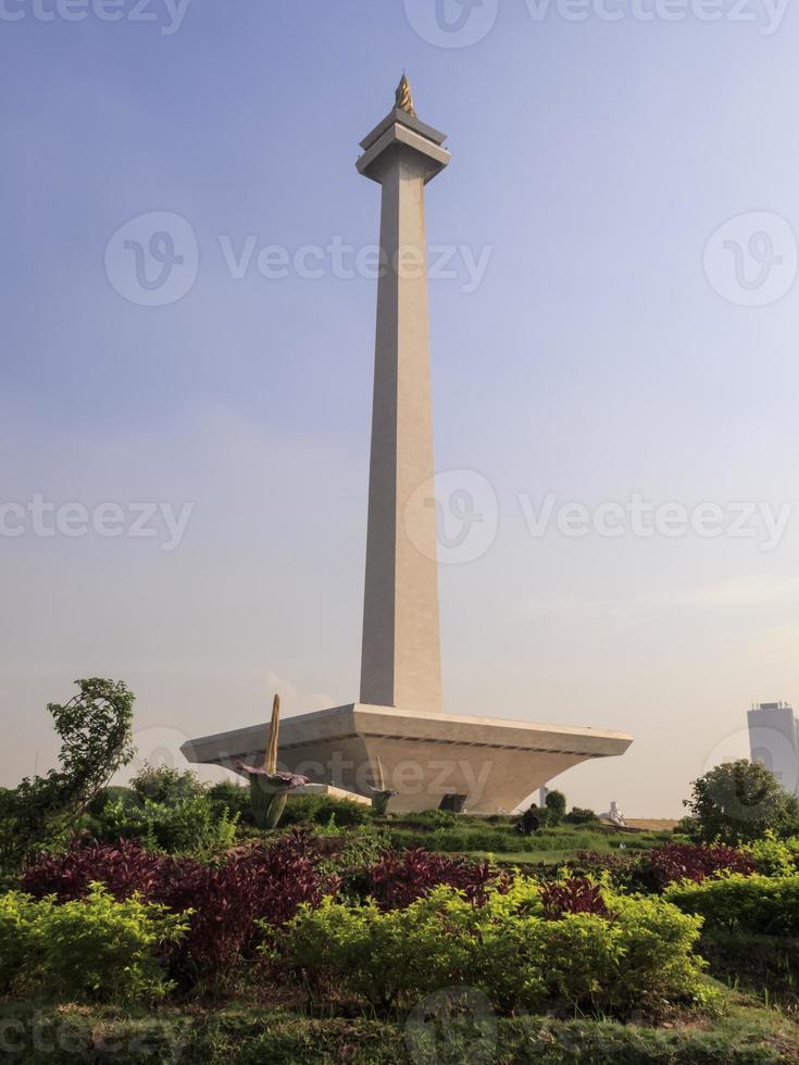 Monas, monumento nacional da Indonésia em um dia ensolarado foto