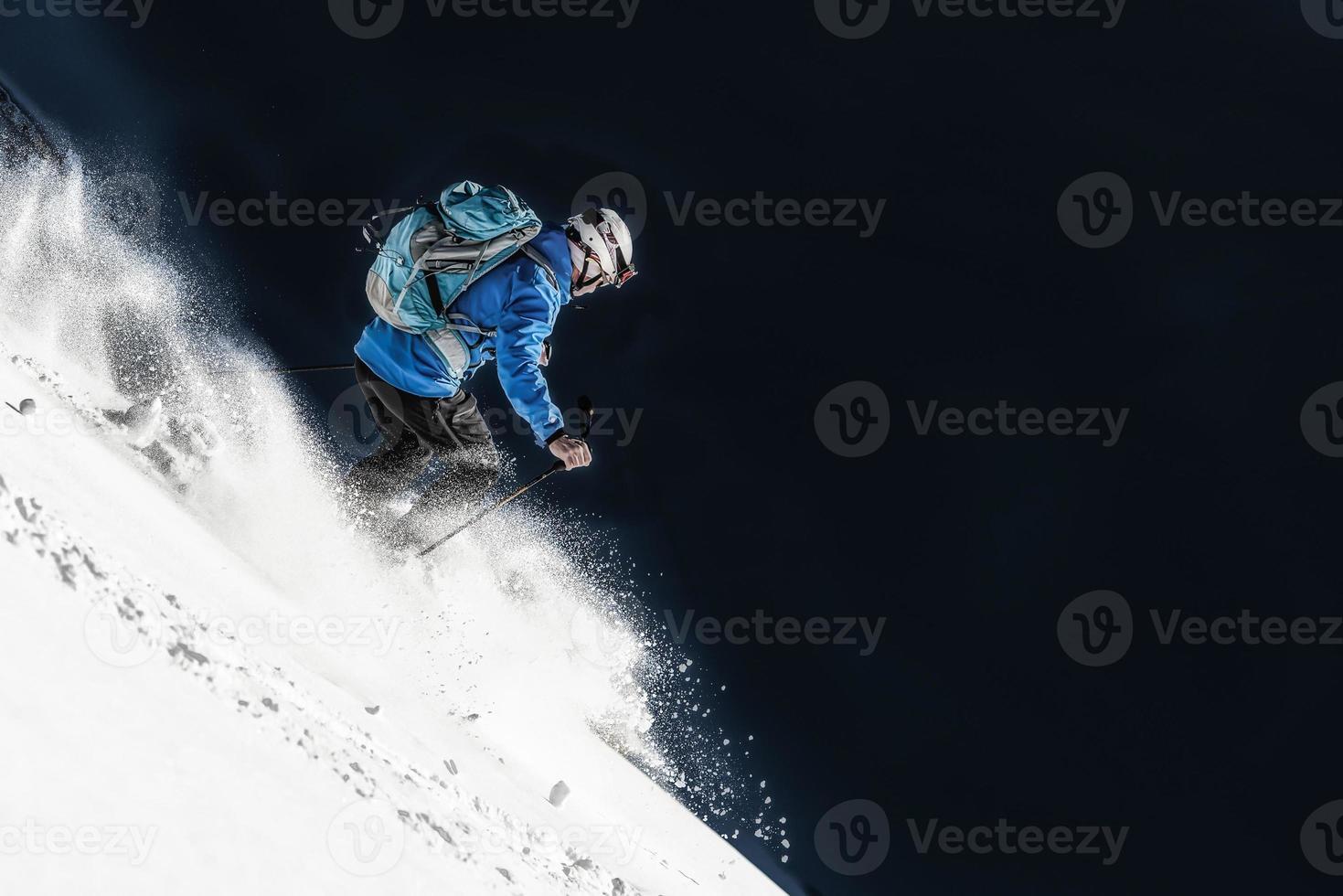 esquiador na neve fresca foto