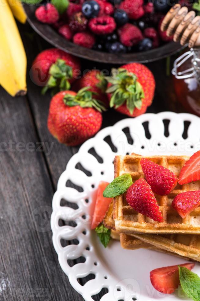 café da manhã de verão, waffles doces com morango foto