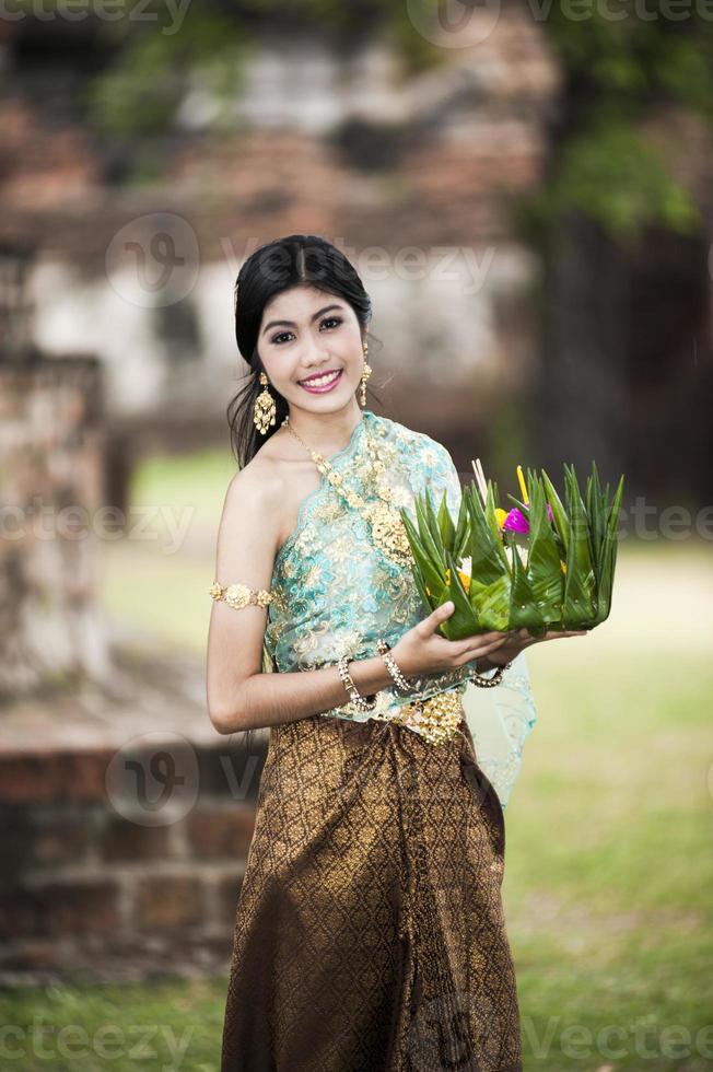senhora tailandesa com cesto flutuante para o festival loi krathong. foto