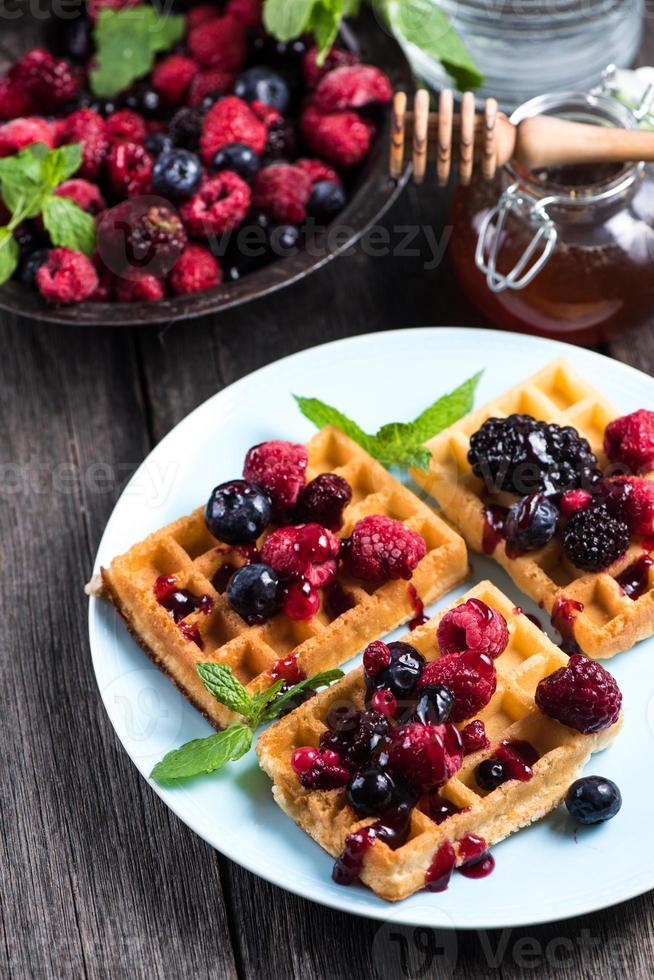 café da manhã de verão, waffles belgas com frutas frescas foto