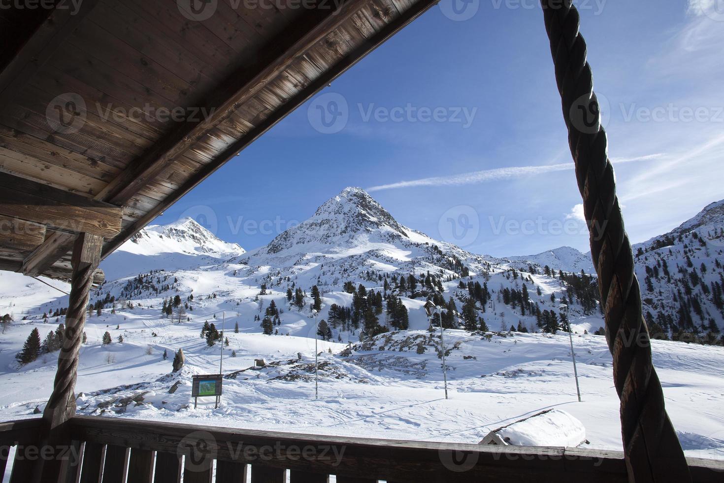 bela vista de uma cabana de esqui na Áustria foto