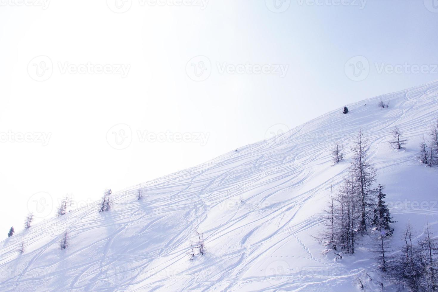 inclinação com traços de esqui foto