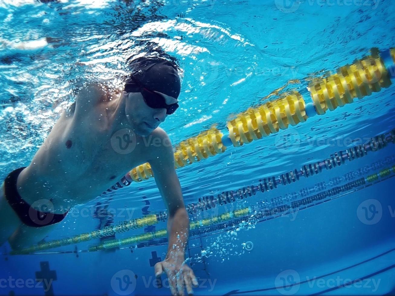 jovem nadador na piscina foto