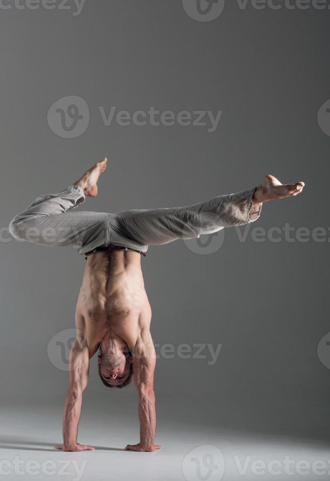 homem fazendo exercício ginástico foto