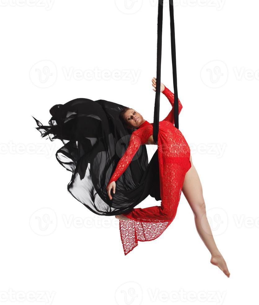 dançarina profissional posando em seda aérea foto