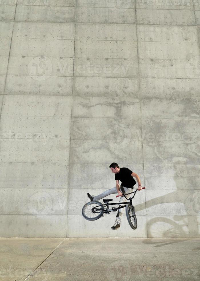 jovem ciclista de bicicleta bmx foto