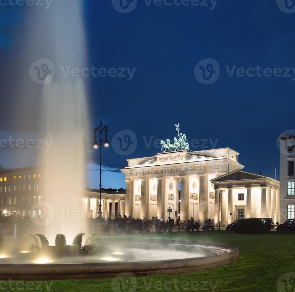 portão de Brandemburgo, em Berlim à noite foto