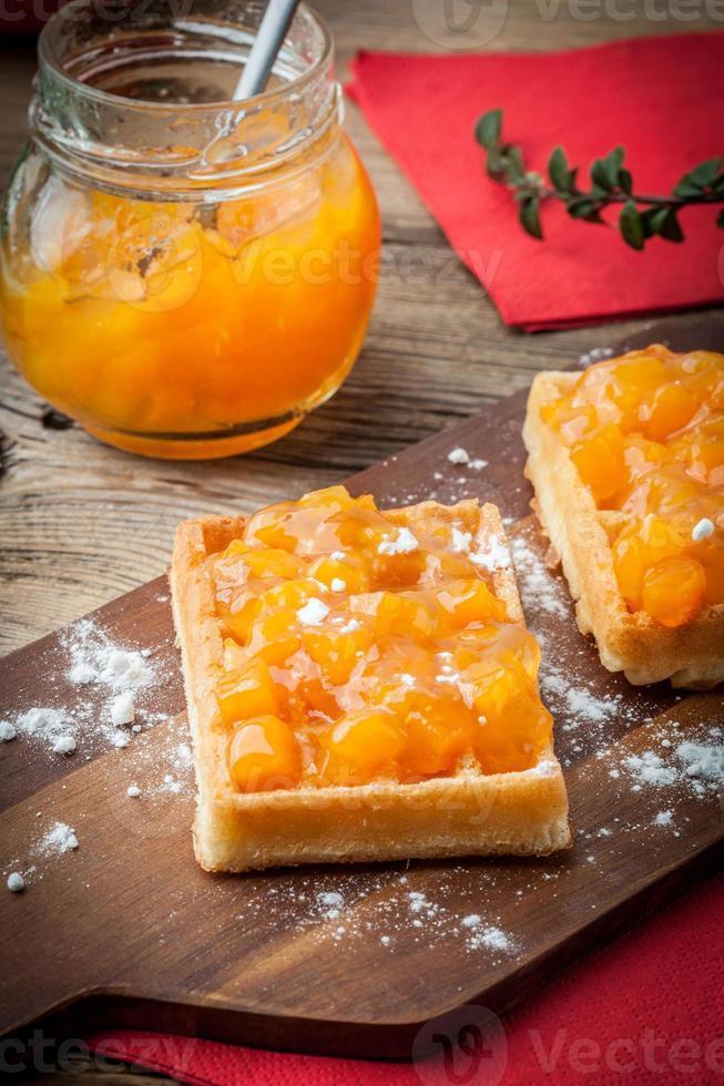 waffles com geléia de pêssego. foto