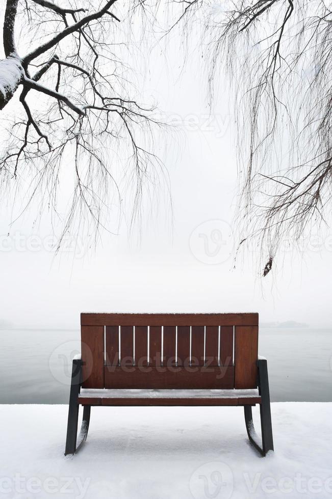 banco vazio na neve, lago oeste, hangzhou foto
