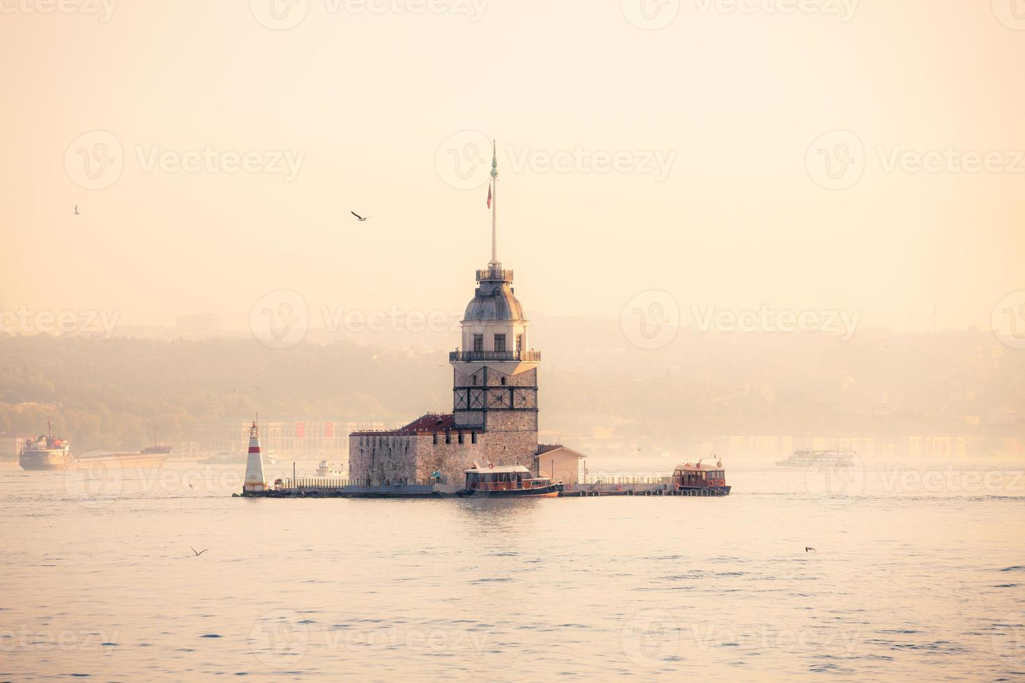 torre da donzela (kiz kulesi) na manhã ensolarada foto
