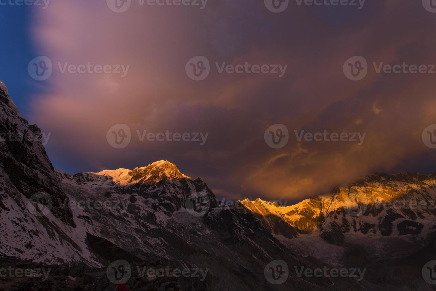 vista de annapurna i do annapurna acampamento base montanhas do himalaia foto
