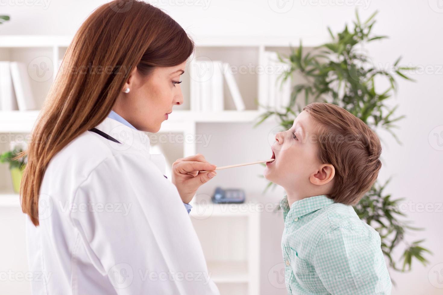 médico examinando criança foto