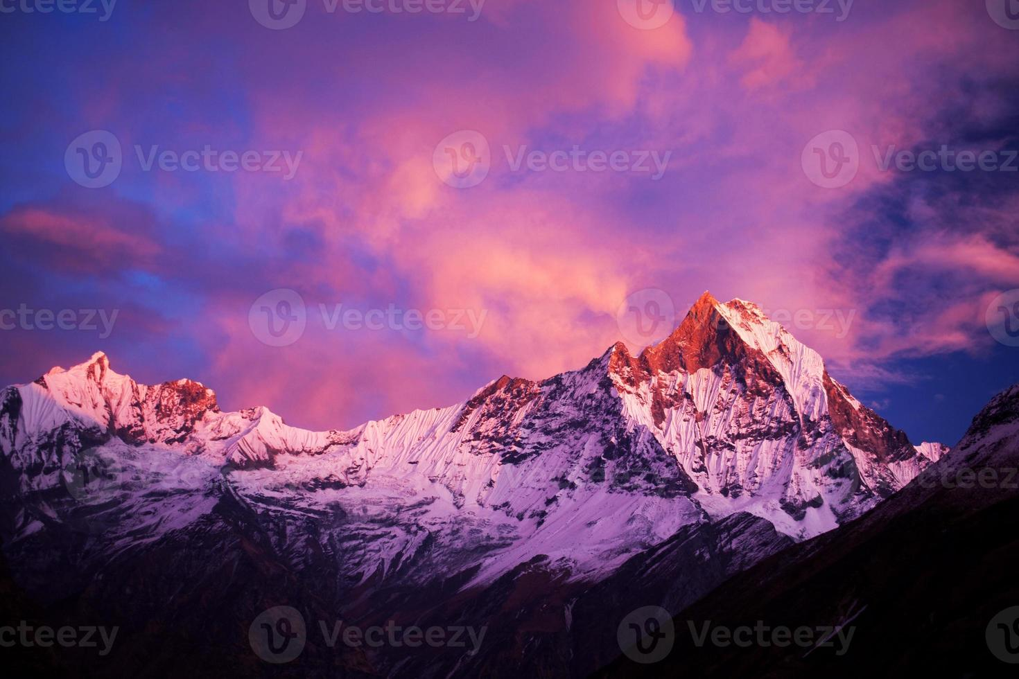 Monte machapuchare (rabo de peixe) ao pôr do sol, nepal foto