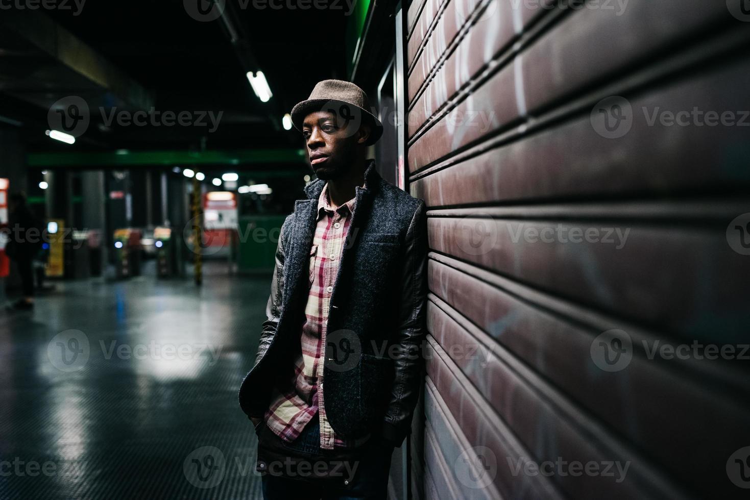 jovem negro afro bonito foto