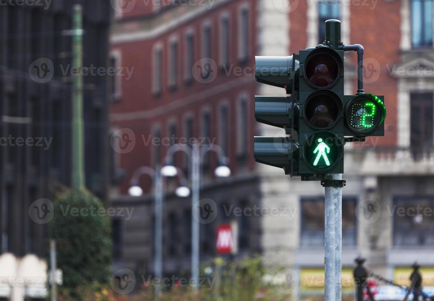 semáforo com luz verde em Milão foto